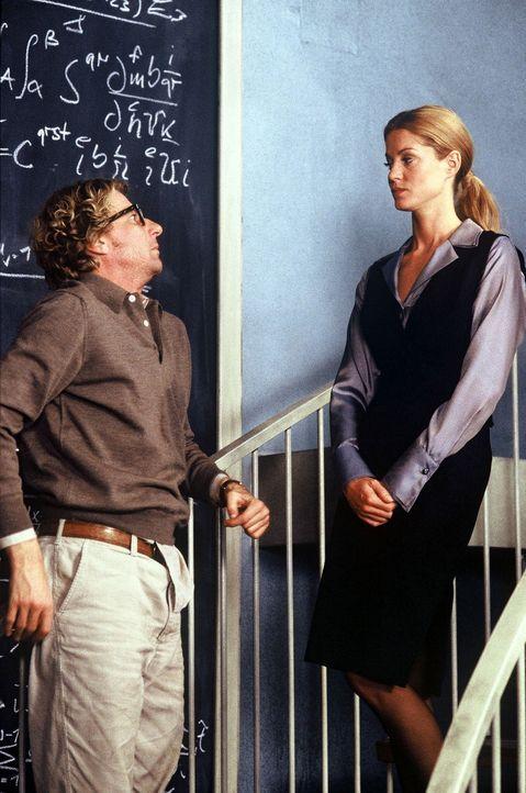 Jakob (Michael von Au, l.) interessiert sich für die attraktive Vicky (Esther Schweins, r.), die von dem Finanzier des Projekts als Controllerin ge... - Bildquelle: Jörg Klaus Sat.1