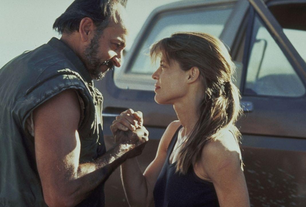 Sarah Connor (Linda Hamilton, r.) besorgt sich von ihrem Freund Waffen, damit sie ihren Sohn John vor den bösen Absichten des Cyborgs beschützen kan... - Bildquelle: Columbia TriStar Films