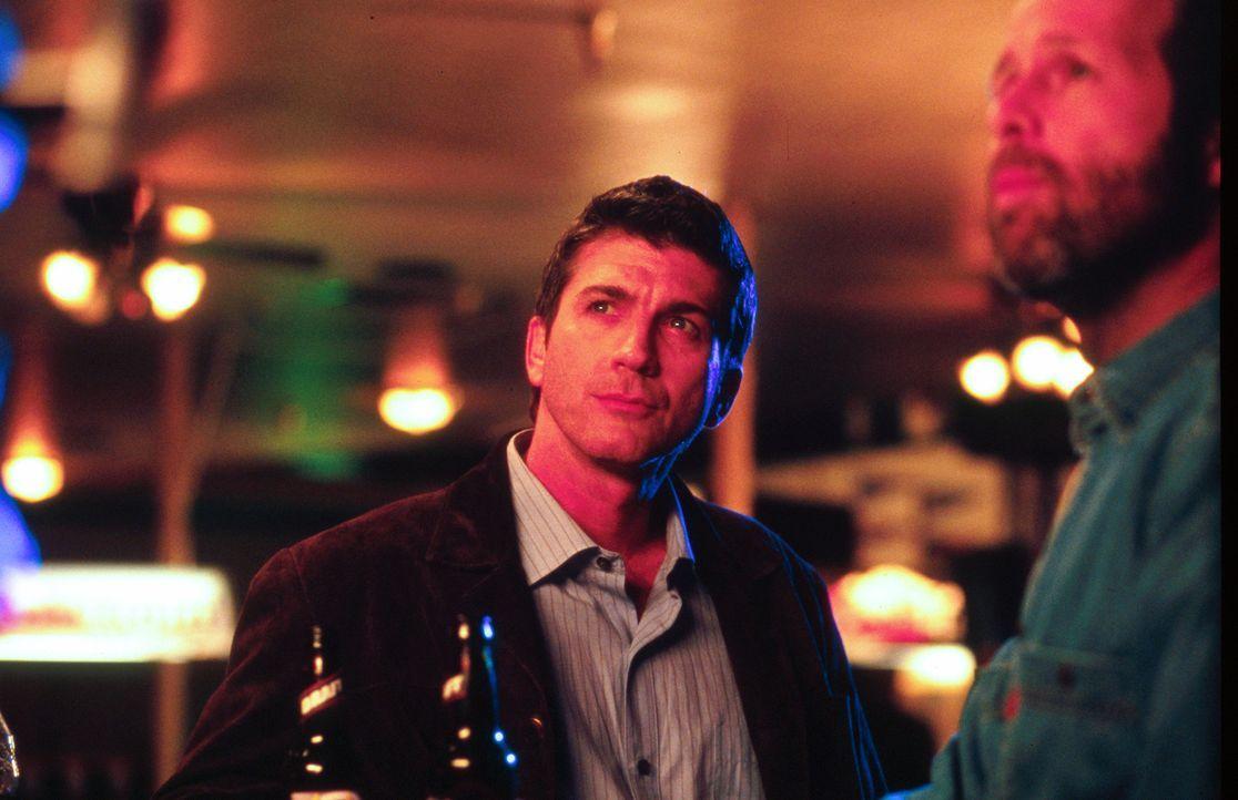 Jahrelang lieferte Pete Jensen (Joe Lando, l.) perfekte Tornado-Vorhersagen, bis eines Tages eine falsche Computerberechnung von ihm dafür sorgte,... - Bildquelle: Cinetel Films Inc.