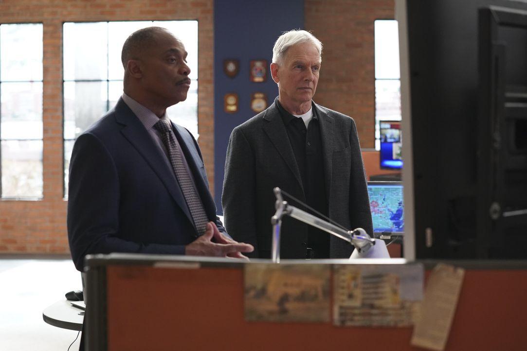 Leon Vance (Rocky Carroll, l.); Leroy Jethro Gibbs (Mark Harmon, r.) - Bildquelle: Michael Yarish 2019 CBS Broadcasting, Inc. All Rights Reserved. / Michael Yarish