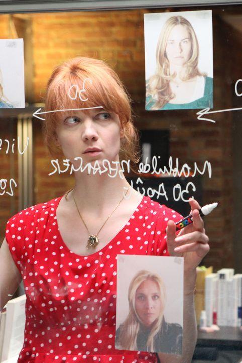 Bei ihrem neusten Fall muss Chloé (Odile Vuillemin) viele Puzzleteile zusammenfügen und dabei auch die Geschichten vergewaltigter Frauen näher betra... - Bildquelle: Xavier Cantat 2011 BEAUBOURG AUDIOVISUEL