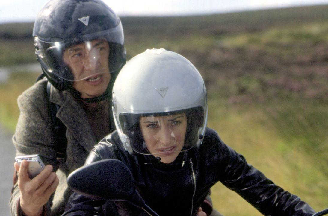 Eine rasante Verfolgungsjagd beginnt: Können Eddie Yang (Jackie Chan, l.) und Nicole James (Claire Forlani, r. ) den grausamen und unverwundbaren S... - Bildquelle: 2004 Sony Pictures Television International. All Rights Reserved.