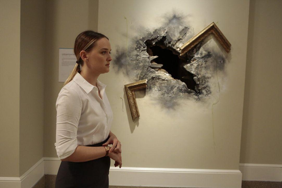 Der Geiselnehmer verfolgt jeden Schritt per Überwachungskamera und demonstriert seine Macht, indem er eines der Gemälde in der Nähe seiner Geisel (J... - Bildquelle: Warner Bros.