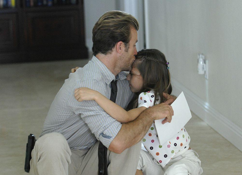 Genießen ihre gemeinsam Zeit: Danny (Scott Caan, l.) und seine Tochter Grace (Teilor Grubbs, r.) ... - Bildquelle: TM &   2010 CBS Studios Inc. All Rights Reserved.