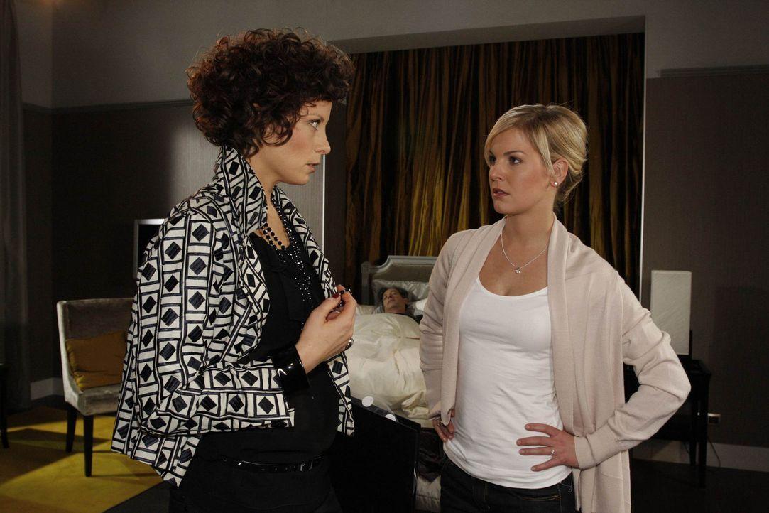 Alexandra (Ivonne Schönherr, r.) und Emily (Anna Schäfer, l.) machen sich große Sorgen um Julius (Günter Barton, M.) ... - Bildquelle: SAT.1