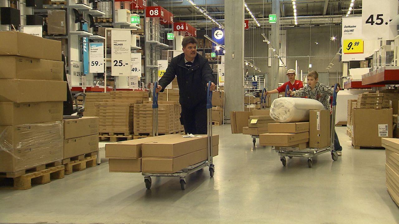 Wir möbeln auf! Schwedenschick im Plattenbau: Mitten zwischen Ostberliner Plattenbauten steht die größte Ikea-Filiale Deutschlands. Der blau-gelb... - Bildquelle: SAT.1