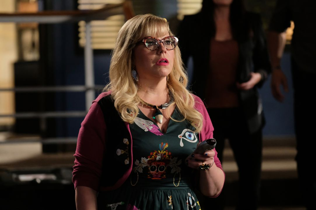 Garcia (Kristen Vangsness) zeigt dem Team, den neuen grausamen Fall ... - Bildquelle: Disney Media Distribution