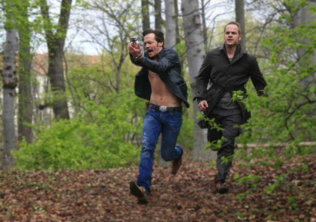 Können nur knapp einen weiteren Mord verhindern: Tristan (Marc Ben Puch, r.) und Gerry (Johannes Zirner, l.) ... - Bildquelle: Erika Hauri SAT.1