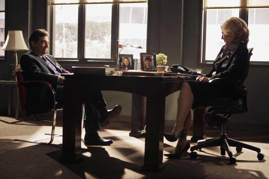 Dave Rossi (Joe Mantegna, l.) ist vor Jahren aus dem FBI ausgeschieden und tourt nun mit Vorträgen und Buchlesungen durch die Welt. Er hätte es nich... - Bildquelle: Touchstone Television