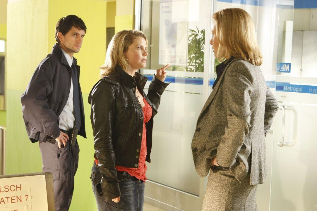 Da Danni (Annette Frier, r.) nicht aufgeben will, versucht sie bei der Verwaltungschefin Frau Bose (Alexandra von Schwerin, M.) alles, um ihren Plat... - Bildquelle: SAT.1