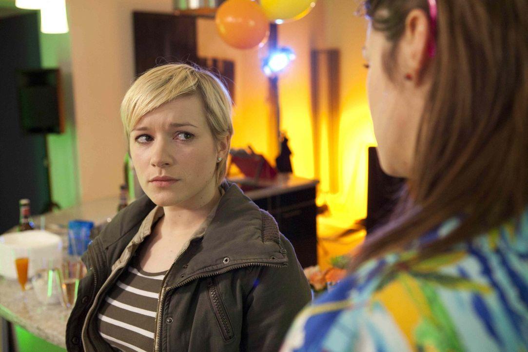 Hat ihre Freundschaft eine Chance? Emma (Kasia Borek, l.) und Jenny (Lucy Scherer, r.) ... - Bildquelle: SAT.1