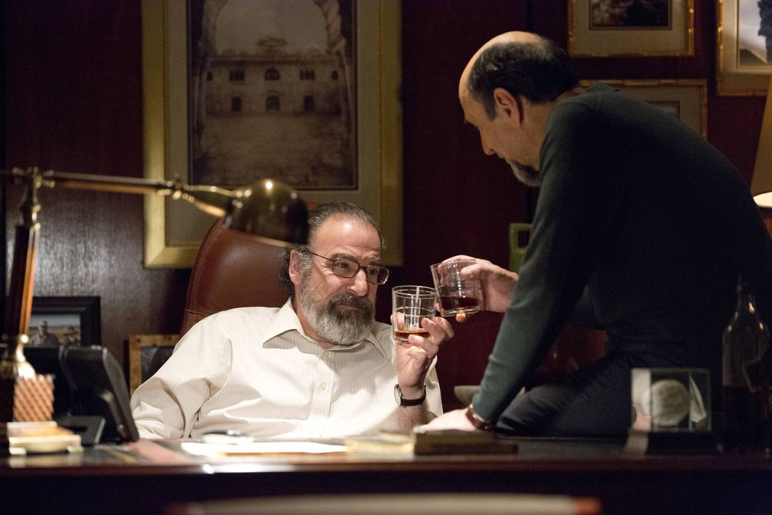 Gemeinsam gehen sie gegen Lockhart vor: Saul (Mandy Patinkin, l.) und Adal (F. Murray Abraham, r.) ... - Bildquelle: 2013 Twentieth Century Fox Film Corporation. All rights reserved.