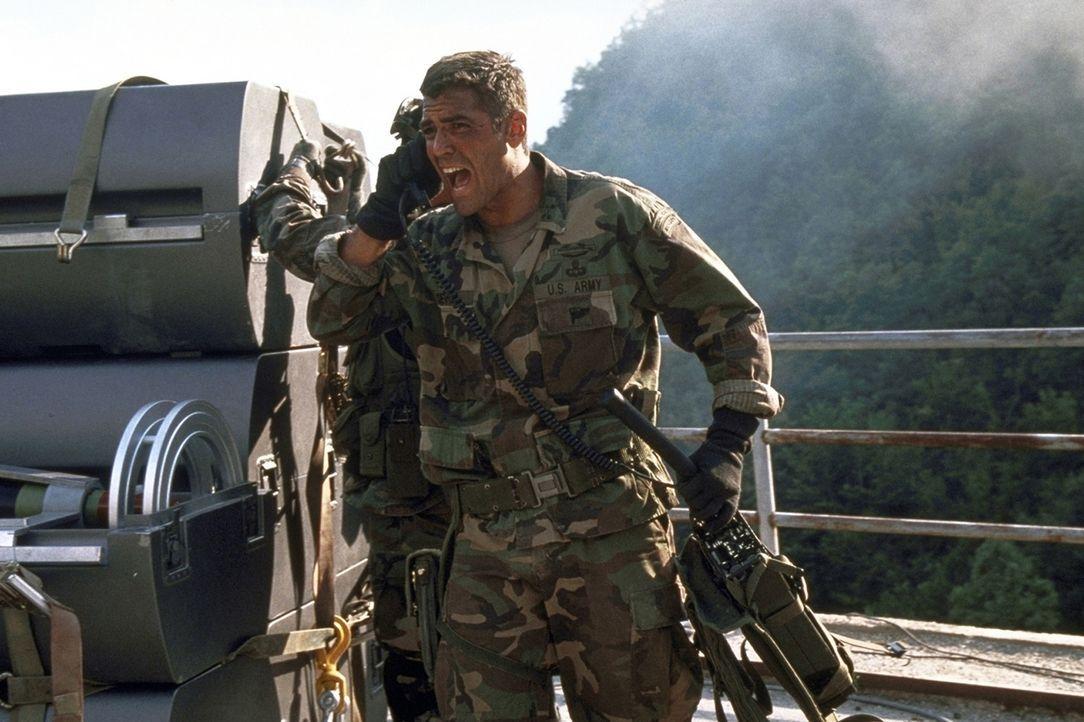 Nimmt den Kampf mit dem Nuklear-Waffen-Schmugglerring auf: Colonel Thomas Devoe (George Clooney) ... - Bildquelle: DreamWorks SKG