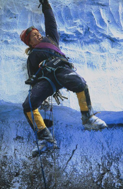Die Rettungsaktion droht zu einem Fiasko zu werden. Lawinen und Schneestürme setzen der Bergsteigerin Monique (Izabella Scorupco) immer wieder zu u... - Bildquelle: Columbia Pictures