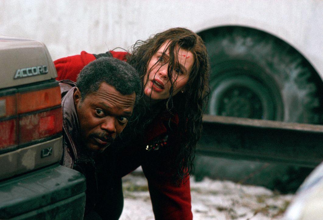 Beinahe bezahlen Mitch (Samuel L. Jackson, l.) und Charly (Geena Davis, r.) ihre Suche nach Charlys Vergangenheit mit dem Leben ... - Bildquelle: Warner Bros. Entertainment, Inc.