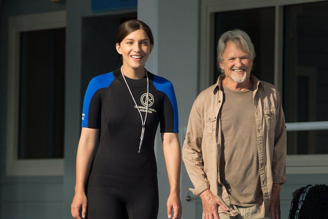 Sehen ein letztes Fünkchen Hoffnung in Delfin Hope: Rebecca (Juliana Harkavy, l.) und Reed (Kris Kristofferson, r.) ... - Bildquelle: Warner Brothers Entertainment Inc.