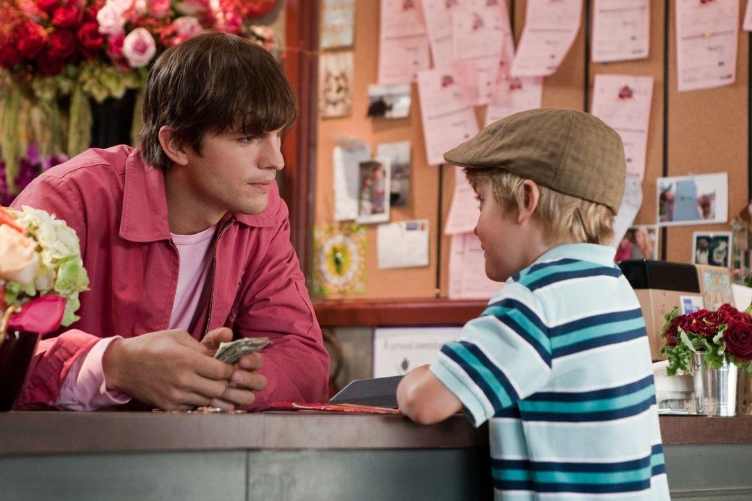 Der kleine Edison (Bryce Robinson, r.) schwärmt für seine Lehrerin und möchte ihr mit Hilfe von Reed Bennett (Ashton Kutcher, l.) und dem Blumenlade... - Bildquelle: 2010 Warner Bros.