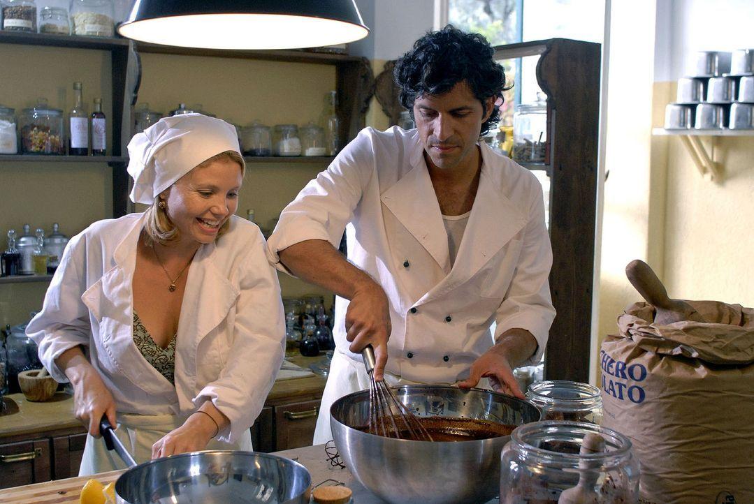 Fabio (Pasquale Aleardi, r.) zeigt Lissy (Annette Frier, l.), mit wie viel Liebe Eis gemacht wird. - Bildquelle: Sat.1