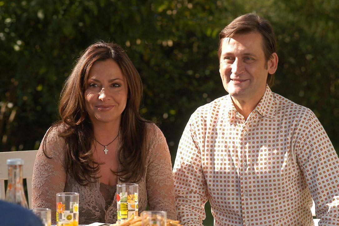 Rainer Engel (Ingo Naujoks, r.) und seine Frau Karin (Simone Thomalla, l.) führen eine Bilderbuchehe - Lou Ziffer glaubt mit ihnen ein leichtes Spie... - Bildquelle: Sat.1