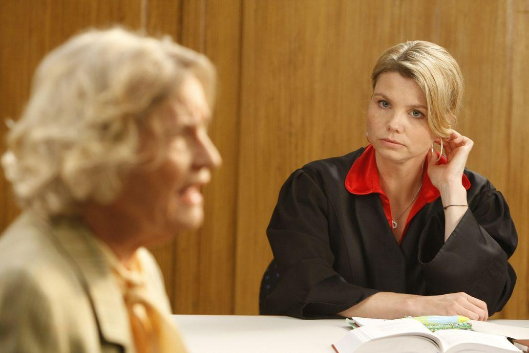 Im Gerichtssaal läuft nicht alles nach Plan, als Annemarie Membach (Gerda Böken, l.), die Nachbarin von Familie Gallwitz, ihre Aussage macht. Dann... - Bildquelle: SAT.1