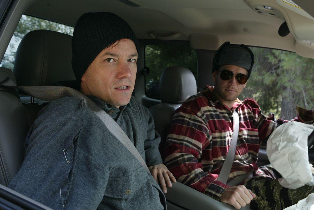 Um den Gefangenen Jeffrey White (Frank Whaley, l.) und dessen Komplizen zu überführen, gibt sich Tony (Michael Weatherly, r.) als Sträfling aus ... - Bildquelle: CBS Television