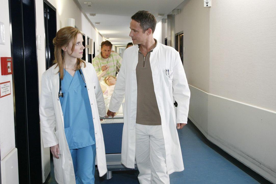 Dr. Stephan Roth (Andreas Brucker, r.) und Luisa (Jana Voosen, l.) bereiten ihre erste gemeinsame OP vor. - Bildquelle: Mosch Sat.1