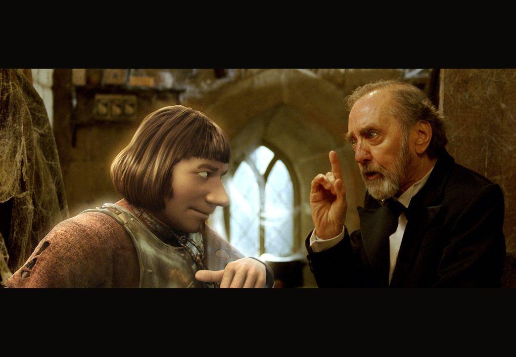 """Der Kastellan (Hans Clarin, r.) legt dem Schlossgespenst (Michael """"Bully"""" Herbig, l.) nahe, das Spuken bleiben zu lassen, denn besonders begabt ist... - Bildquelle: Constantin Film"""