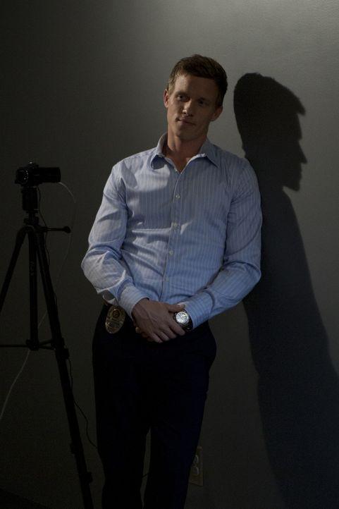 Wechselt sich mit Travis bei der Observierung eines Krimiautoren ab, der einem Kriminellen zur Flucht aus dem Gefängnis verholfen haben soll: Wes (... - Bildquelle: 2012 USA Network Media, LLC