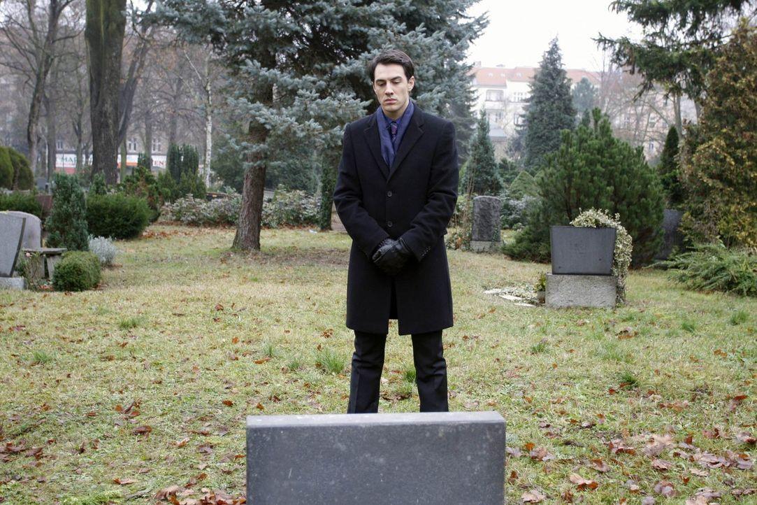 Spricht mit seinem verstorbenen Vater: Mark Braun (Arne Stephan) ... - Bildquelle: SAT.1