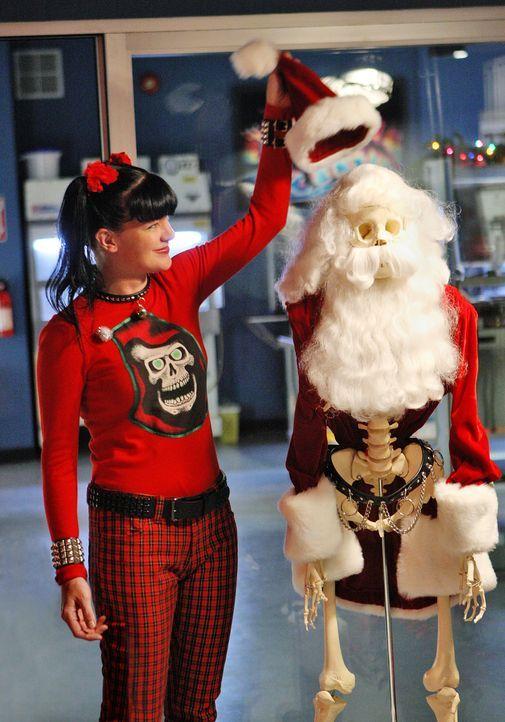 Zur Weihnachtszeit wird die Leiche des Navy Lieutenants Thomas Ellis gefunden. Abby (Pauley Perrette) und ihre Kollegen beginnen mit den Ermittlunge... - Bildquelle: CBS Television