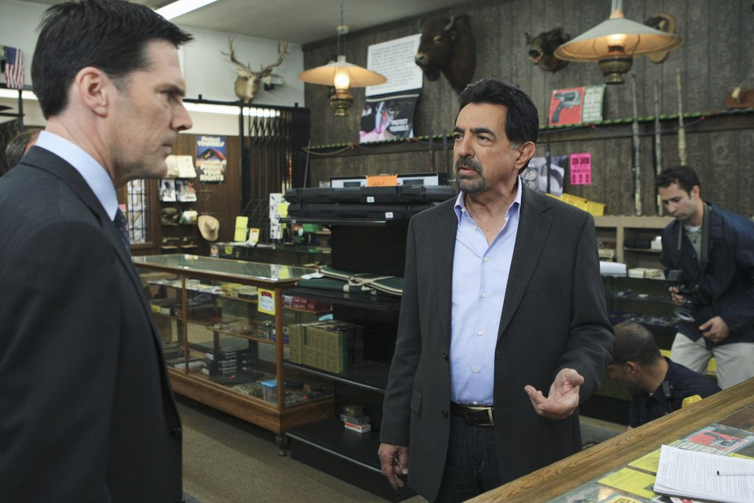 Ein neuer Fall beschäftigt Hotch (Thomas Gibson, l.) und Rossi (Joe Mantegna, 2.v.l.) ... - Bildquelle: ABC Studios