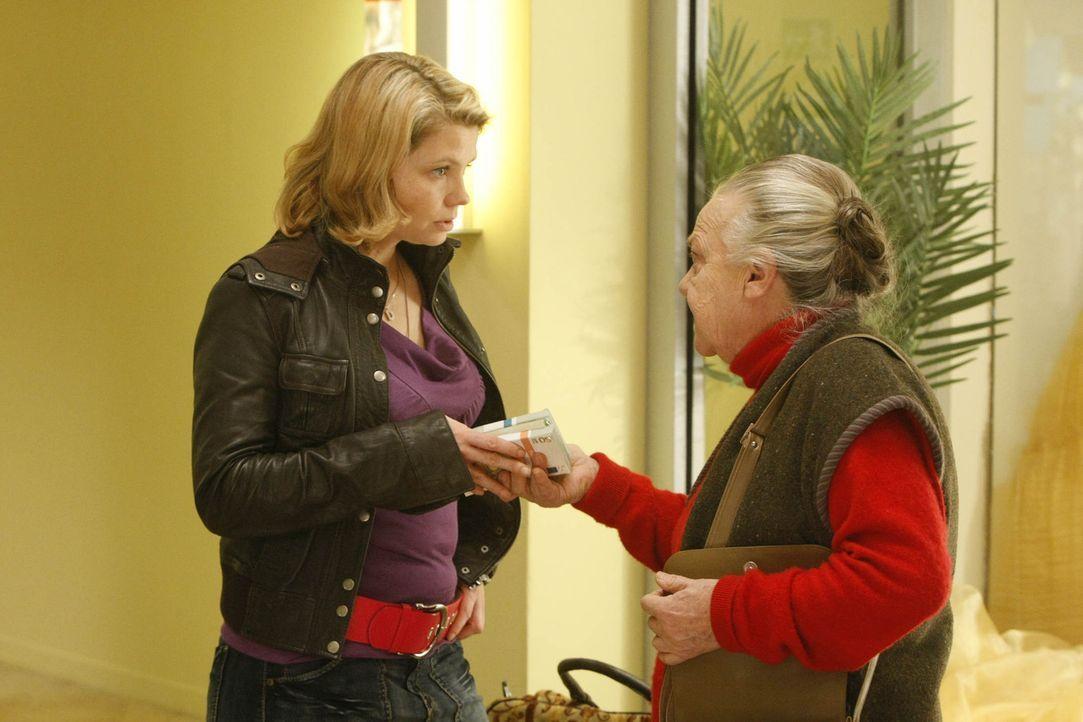 Vor Danni (Annette Frier, l.) sitzt eine alte Bekannte: Uta Schwartz (Barbara Morawiecz, r.) gehört ein kleiner Kiosk, in dem Danni schon als Kind... - Bildquelle: SAT.1