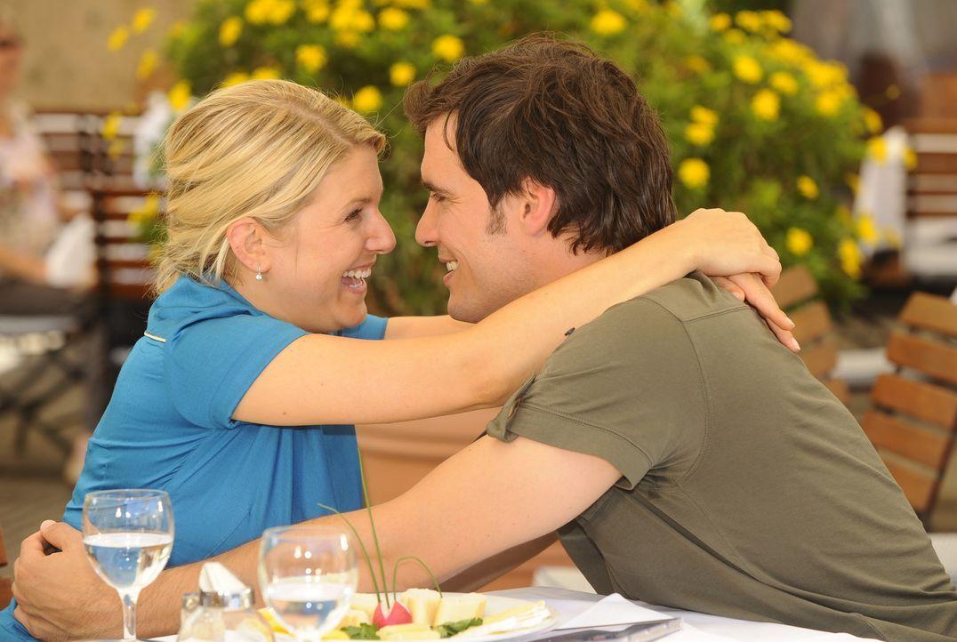 Alexander (Paul Grasshoff, r.) überrascht Anna (Jeanette Biedermann, l.) mit einer romantischen Reise ... - Bildquelle: Sat.1