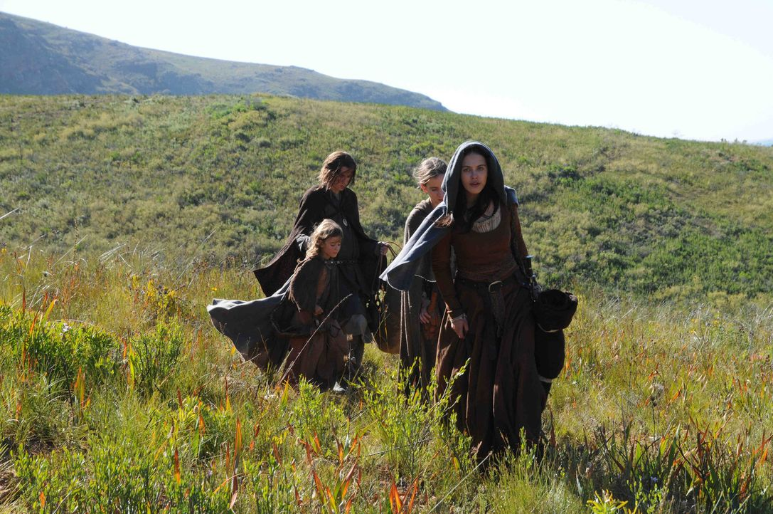 Auf der Flucht vor den Kreuzrittern und ihrer bitterbösen Schwester: Alaïs (Jessica Brown-Findlay, vorne r.) mit ihrer Tochter Bertrande (Isabella... - Bildquelle: SAT.1/2011 Tandem Productions GmbH & Film Afrika Worldwide (Pty) Limited South Africa. All Rights Reserved.
