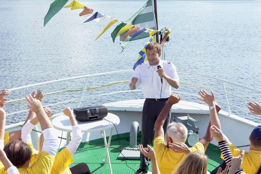 Mathias (Mathias Schlung) versucht als Touristenführer auf einem Ausflugs-Kreuzschiff alles so gut wie möglich zu machen, nur leider befindet er s... - Bildquelle: Sat.1