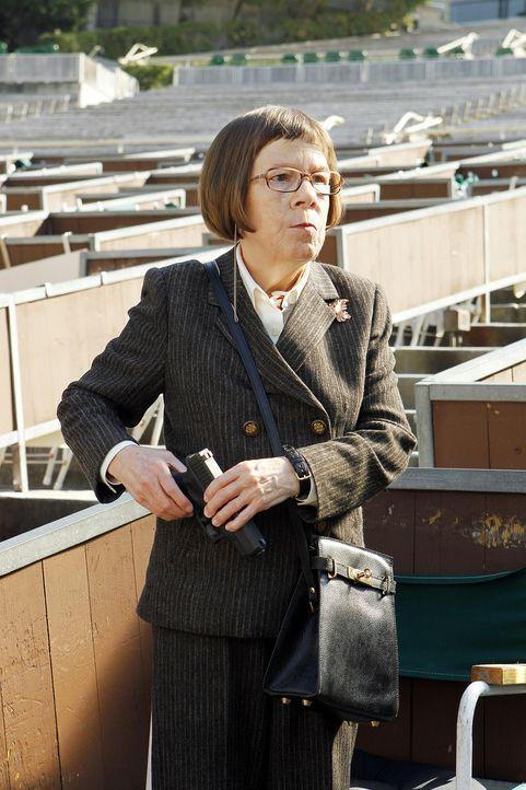 Hetty (Linda Hunt) hat einen ehemaligen Stasi-Spion, den sie angeschossen hat und der nach einem Schlaganfall   erblindet und gelähmt ist, in einem... - Bildquelle: CBS Studios Inc. All Rights Reserved.