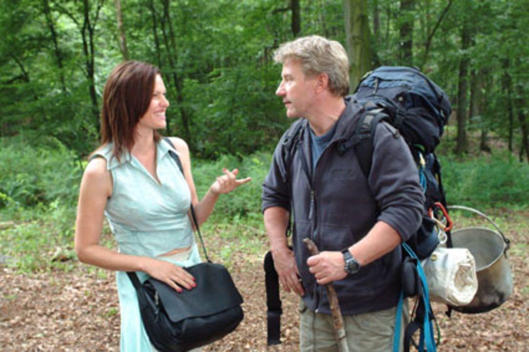 Michaela (Nina Kronjäger, l.) macht Tom (Jörg Schüttauf, r.) deutlich, dass sie ihn mehr als sympathisch findet - bis sie erfährt, dass er ihr R... - Bildquelle: Oliver Ziebe Sat.1