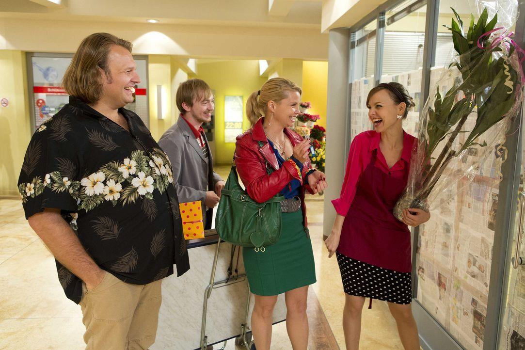 Danni (Annette Frier, 2.v.r.) und ihre Freunde Bea (Nadja Becker, r.), Nils (Oliver Fleischer, l.) und Hannes (Tino Mewes, 2.v.l.) sind voller Vorfr... - Bildquelle: Frank Dicks SAT.1