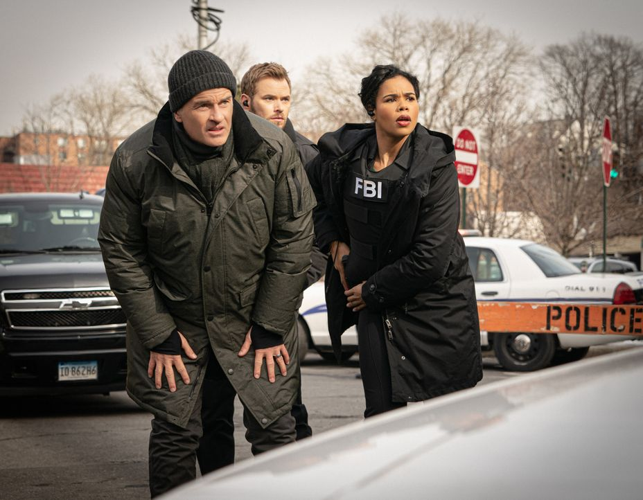 (v.l.n.r.) Jess LaCroix (Julian McMahon); Kenny Crosby (Kellan Lutz); Sheryll Barnes (Roxy Sternberg) - Bildquelle: Mark Schafer 2020 CBS Broadcasting, Inc. All Rights Reserved / Mark Schafer
