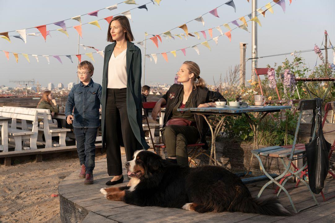 (v.l.n.r.) Nico Du Paly (Thibaud Kurtz); Cecile Du Paly (Johanna Wokalek); Silke Lehmann (Marie Burchard) - Bildquelle: DCM_OliverVaccaro