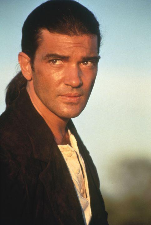 Der mysteriöse Gitarrenspieler (Antonio Banderas) zieht durchs Land, um jenen Mann zu finden, der einst seine große Liebe erschoss und ihn selbst ve... - Bildquelle: Columbia Pictures