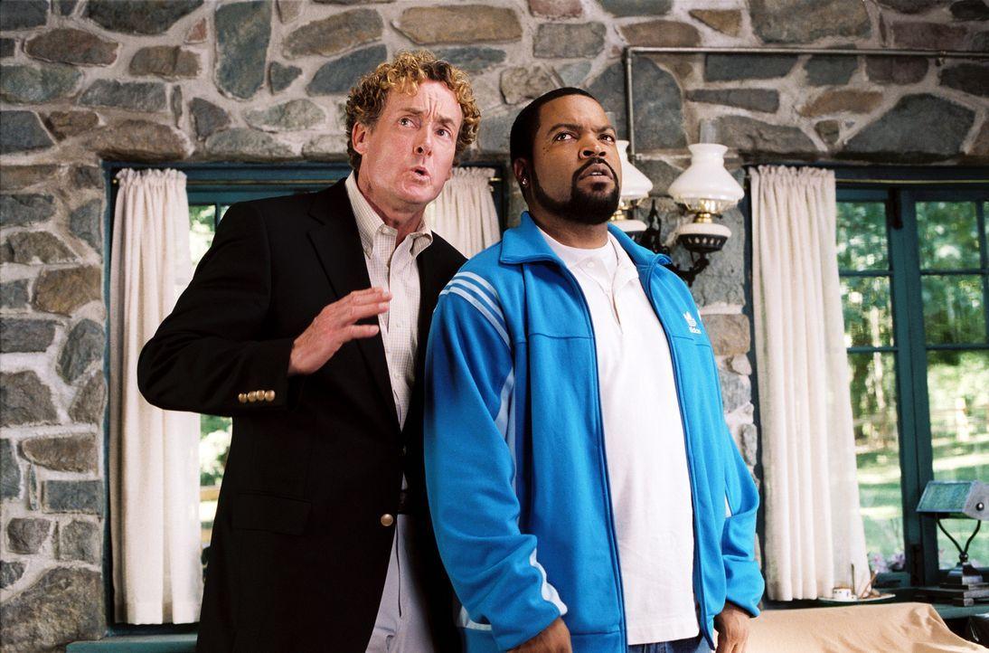 Geschickt dreht der charismatische Makler Chuck Mitchell, Jr. (John C. McGinley, l.) Nick Persons (Ice Cube, r.) ein ziemlich renovierungsbedürftige... - Bildquelle: 2007 Revolution Studios Distribution Company, LLC. All Rights Reserved.