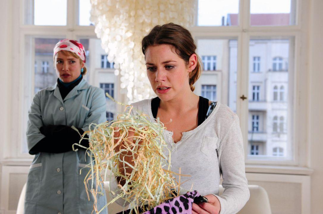 Jenny (Felicitas Woll, r.) ist völlig außer sich, als sie sieht, was Beate (Florentine Lahme, l.) mit den Unterlagen, die sie rehabilitieren sollt... - Bildquelle: SAT.1