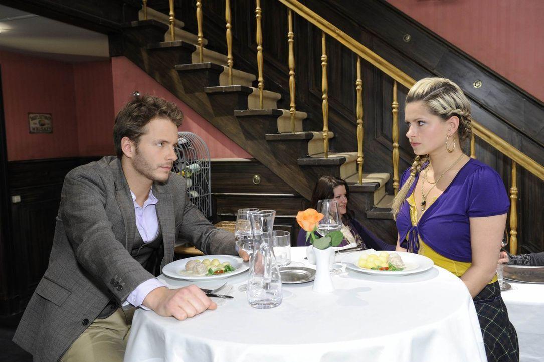 Mia (Josephine Schmidt, r.) blamiert sich vor Enrique (Jacob Weigert, l.), dem nichts ferner zu liegen scheint, als sich für Mia als Frau zu intere... - Bildquelle: SAT.1