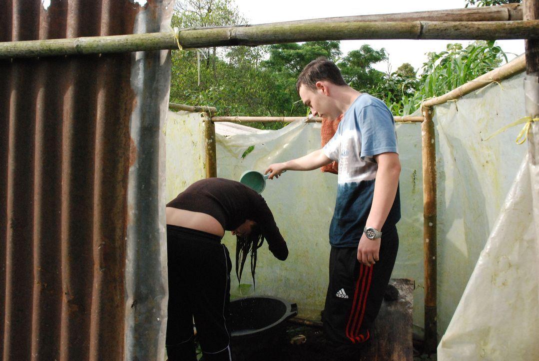 Auch der Komfort lässt zu wünschen übrig: Dominique (r.) hilft Dominique (l.) bei der Haarpflege. - Bildquelle: kabel eins