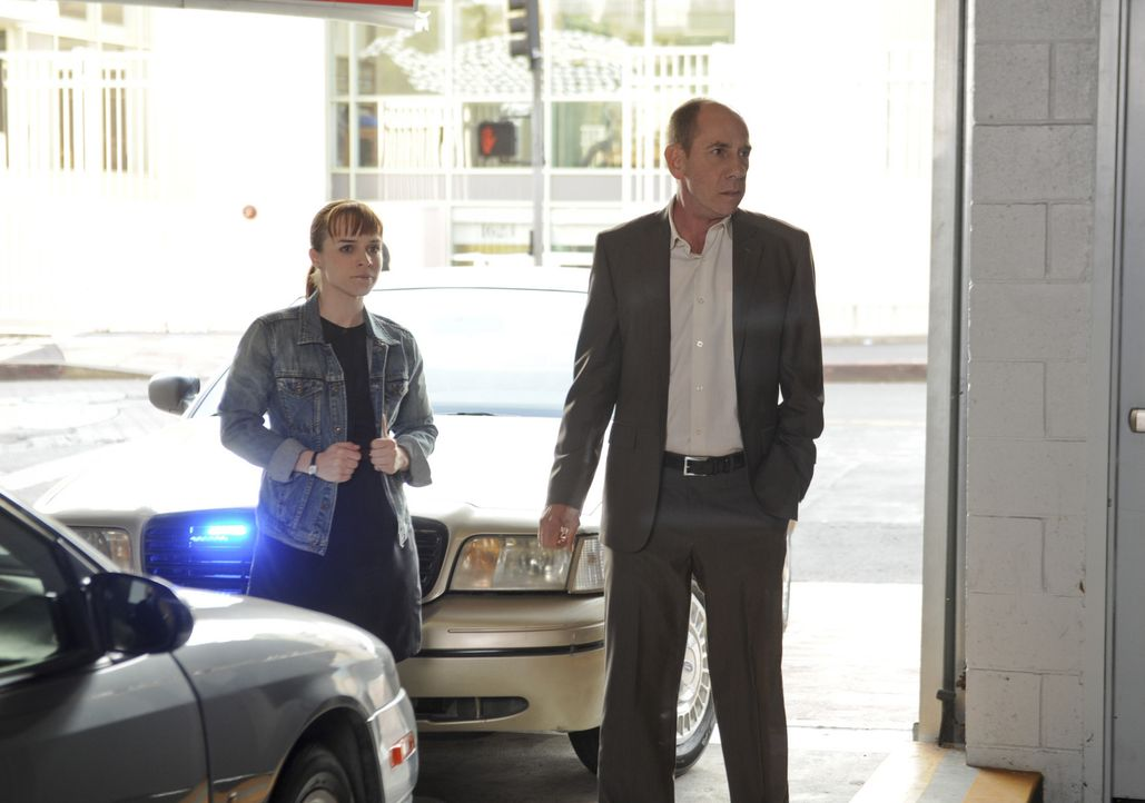 Granger (Miguel Ferrer, r.) und Nell (Renée Felice Smith, l.) in heikler Mission ... - Bildquelle: CBS Studios Inc. All Rights Reserved.