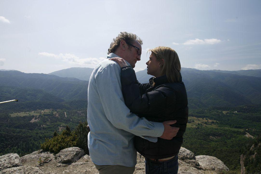 Geschickt umgarnt Trevor Jones (Colm Meaney, l.) die nichts ahnende Julia (Tara Reid, r.), die schon lange auf seiner Abschussliste steht ... - Bildquelle: Sony 2007 CPT Holdings, Inc.  All Rights Reserved.
