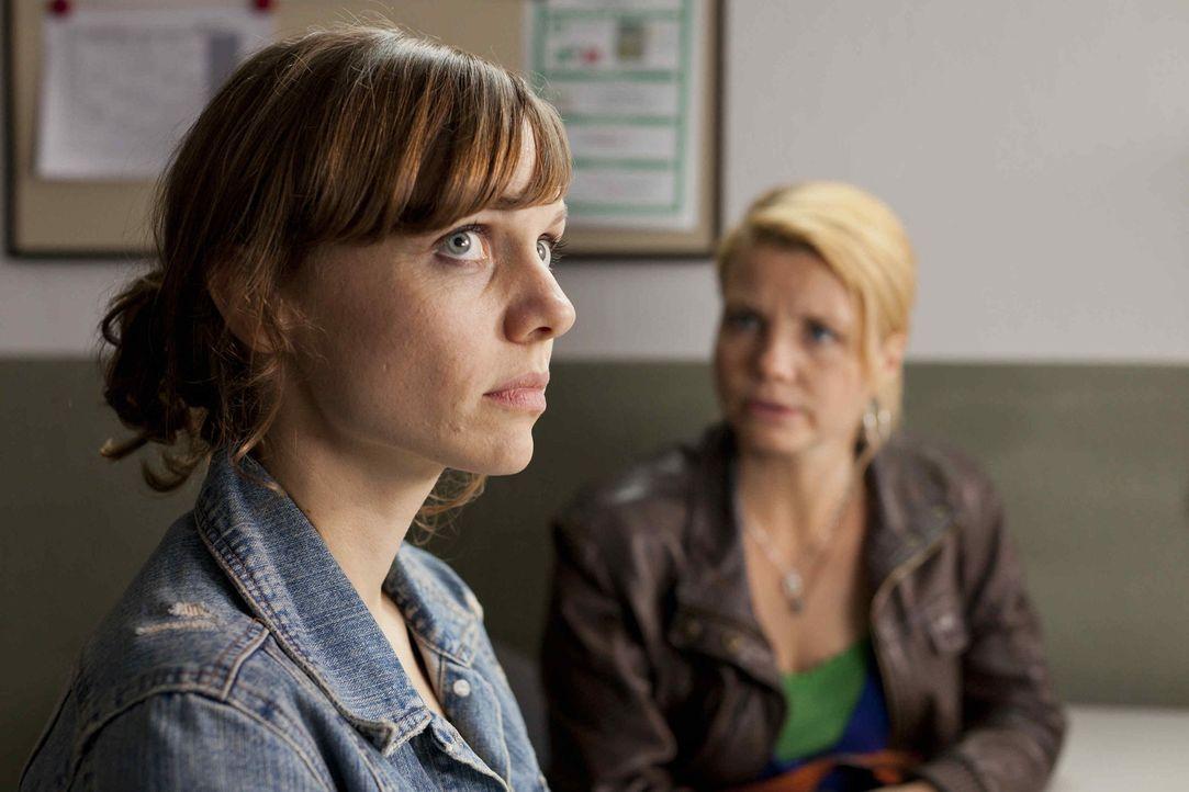 Bea (Nadja Becker, l.) ist in großen Schwierigkeiten. Sie wurde verhaftet und soll nun dem Untersuchungsrichter vorgeführt werden. Danni (Annette... - Bildquelle: Frank Dicks SAT.1