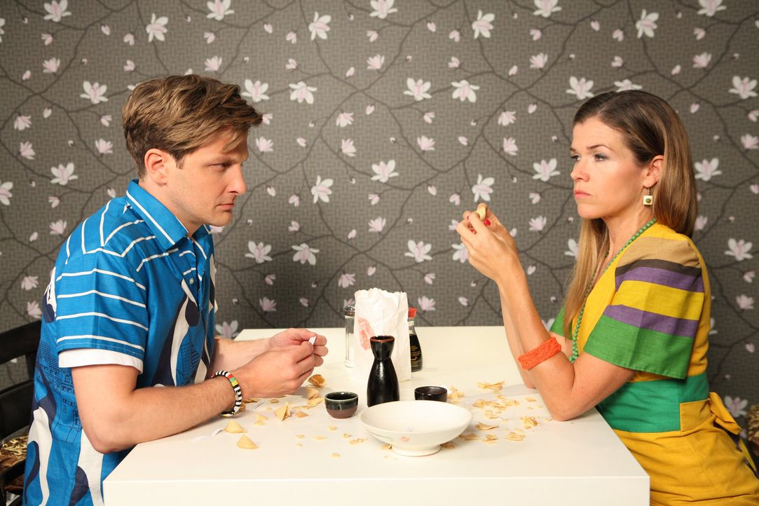 Silke (Anke Engelke, r.) und Ralf (Holger Stockhaus, l.) haben ihr erstes Date und lesen sich aus ihren Fortune Cookies gegenseitig die Sinnsprüche... - Bildquelle: Frank W. Hempel SAT.1