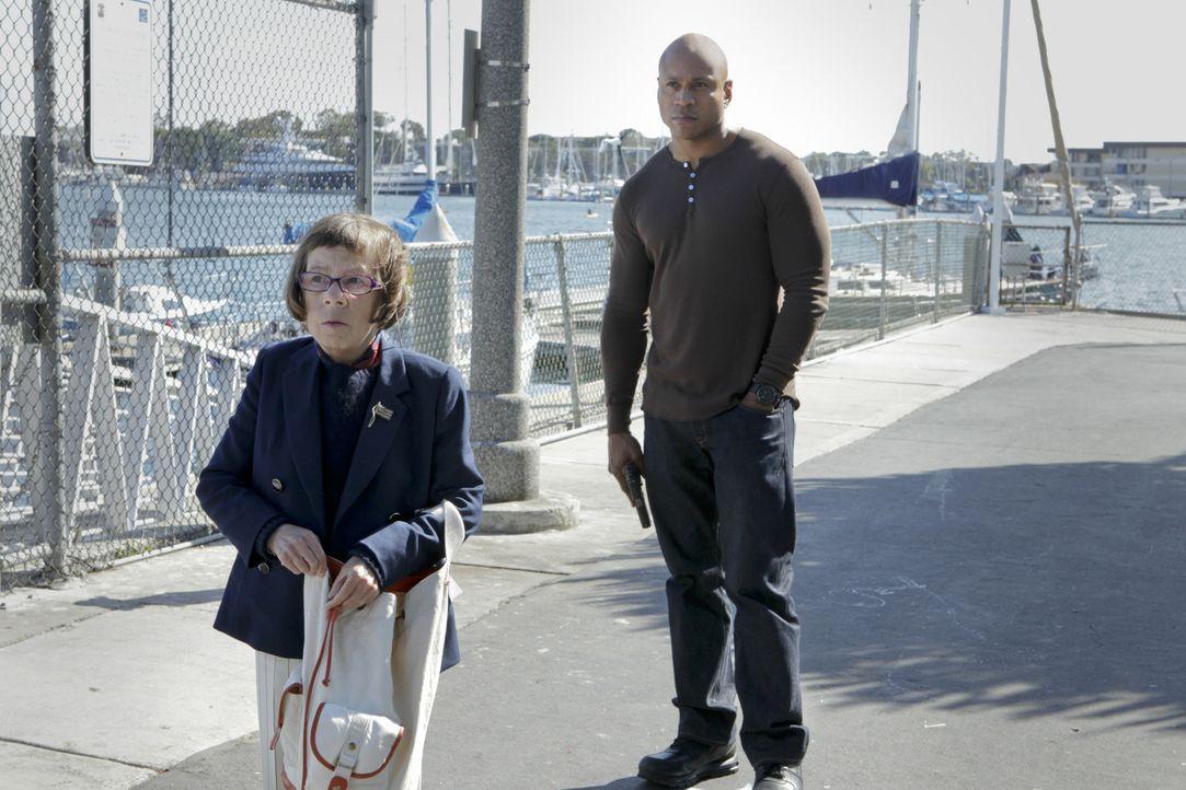 Hoffen, dass Callen bald wieder zurück zur Arbeit darf: Hetty (Linda Hunt, l.) und Sam (LL Cool J, r.) ... - Bildquelle: CBS Studios Inc. All Rights Reserved.